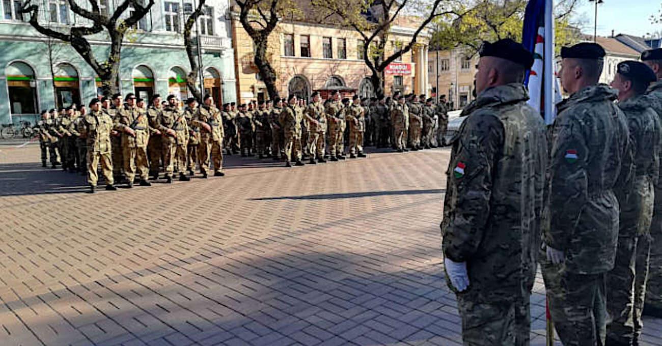 Katonai eskü a főtéren